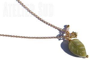 Fijn verguld schakelkettinkje met een gegraveerde jade