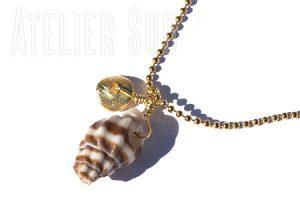 korte hals ketting van (wit)goud- plated op metaal met een nautilus schelp en een rondje van geborsteld goud op sterling zilver.